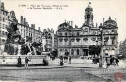 Lyon : Place des Terreaux ; l' Hôtel de Ville et la Fontaine Bartholdi.