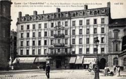 LYON : Le Grand Hôtel ; 16, rue de la République ; Façade sur la place de la Bourse ; Le plus central, tout le confort moderne ; Rendez-vous de la Haute Société.