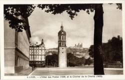 Lyon : L'hôtel des Postes (1938) et le clocher de la charité (1626).