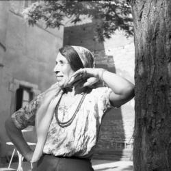 [Femme accoudée à un arbre (épouse de M. Kostich)]