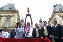[Victoire de l'Olympique lyonnais en Coupe de la Ligue : acclamation des joueurs dans les rues de Lyon]