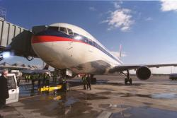 [Avion de ligne Delta Air Lines sur les pistes de l'aéroport Lyon-Saint Exupéry]