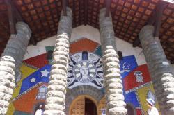[Eglise Notre-Dame-de-Toute-Grâce du Plateau d'Assy : façade décorée par Fernand Léger]
