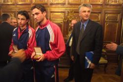 [Remise de la médaille de la Ville de Lyon à deux joueurs lyonnais de l'équipe de France de Football des moins de 17 ans]