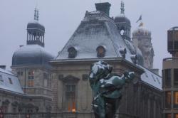 Vue sur les toits enneigés de l'Hôtel de Ville de Lyon, à la tombée de la nuit