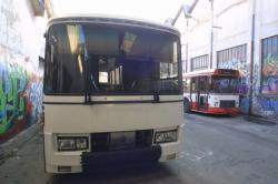 """[7e Biennale d'art contemporain de Lyon (2003). Préparation des bus de """"L'Art sur la place"""", sur le site de la friche RVI]"""