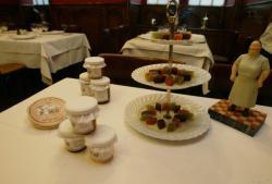 """[La restaurant """"La Mère Brazier"""" présente sa gamme de confitures]"""