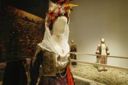 [Musée historique des tissus : la collection de costumes grecs Dora Stratou]