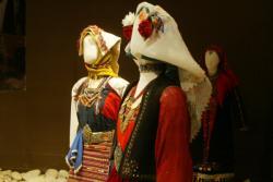 [Musée historique des tissus : la collection de costumes grecs Dora Statou]