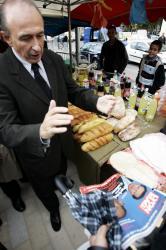 [Visite de Gérard Collomb au marché du Ramadan, place Bahadourian]