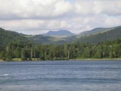 Lac d'Issarlès. Le mont Mézenc en arrière plan.