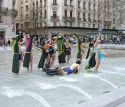 Baignade dansante, place de la République