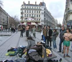 Baignade dansante, place de la République : vestiaire improvisé des danseurs