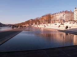 Le Quai Victor-Augagneur : le plan d'eau et les gradins