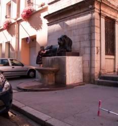 Une petite fille montant sur un des deux lions de la Place Sathonay