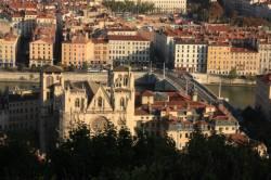 Vue sur le 5e et le 2e arrondissement de Lyon depuis Fourvière. La cathédrale Saint-Jean au premier plan. La place Bellecour au second plan.