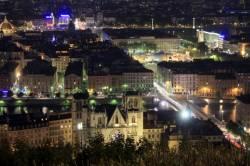 Vue panoramique de Lyon la nuit depuis la colline de Fourvière