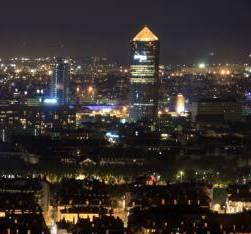 Vue panoramique de Lyon la nuit depuis la colline de Fourvière. Quais de Saône. Tour du Crédit lyonnais