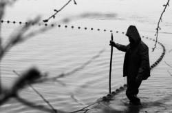 Pêche dans la Dombes 06/36 : Un des pêcheurs maintient les fers du filet...