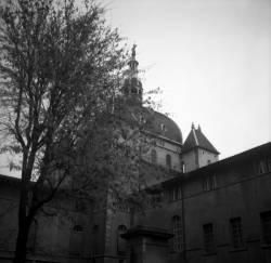 Un angle intérieur et le dôme de l'hôtel-Dieu