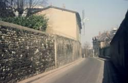 Une rue menant à l'Hôpital Debrousse, à droite