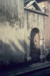 Une vieille porte d'entrée