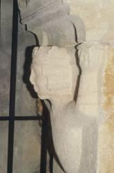 Buste de jeune homme sculpté en relief (chapiteau)
