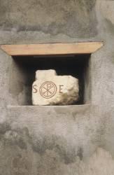 Pierre blanche portant le monogramme du Christ