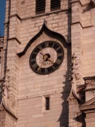 Eglise Saint-Nizier : horloge située sur la façade occidentale