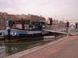 Une péniche sur le bas-port du quai Rambaud