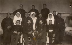 [Groupe d'infirmières et de militaires pendant la Guerre de 1914-1918, à l'hôpital militaire no. 5 bis à Lyon]