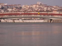 La Passerelle du Palais de justice vue depuis le bas-port des Célestins
