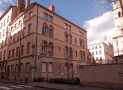 L'école primaire dans la rue de l'Abbaye d'Ainay