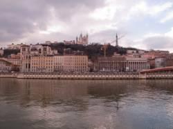 Le Palais de justice et la cathédrale Saint-Jean vus depuis le quai des Célestins