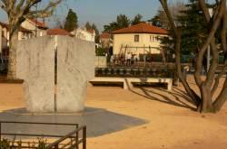 Place de la Liberté : monument à la mémoire des victimes des camps d'extermination