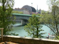 Le pont Morand et l'Opéra vus du quai de Serbie