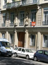 Immeuble orné des statues d'Henri IV et de sa mère Jeanne d'Albret, sur le quai de Serbie
