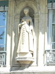 Statue de Jeanne d'Albret sur un immeuble du quai de Serbie