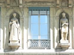 Statues d'Henri IV et de sa mère Jeanne d'Albret, sur un immeuble du quai de Serbie