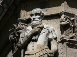 Statue de Sully à l'angle de la rue Sully et du quai de Serbie