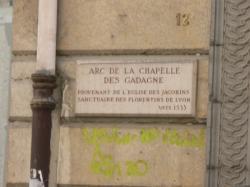 [Rue Sully : arc et consoles de la chapelle des Gadagne]