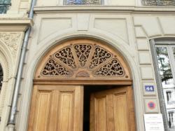 Avenue Maréchal Foch : imposte au dessus d'une porte cochère