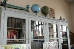 Bibliothèque et globes terrestres