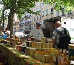 Un apiculteur sur le marché du quai Saint-Antoine