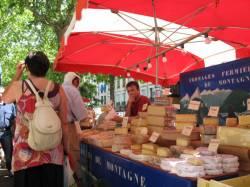 Un fromager sur le marché du quai Saint-Antoine