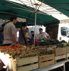 Un étal de légumes sur le marché du quai Saint-Antoine
