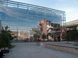 Les Archives municipales vues depuis la place des Archives