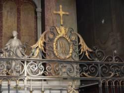 Grille en fer forgé avec les initiales entrelacées A.M. (Ave Maria)