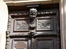 Porte sculptée à l'Hôtel-Dieu