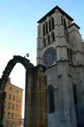 La cathédrale Saint-Jean vue du jardin archéologique